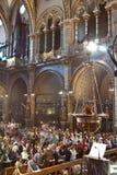 Fieles durante la adoración en iglesia católica Fotografía de archivo