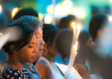 Fieles multirraciales en la masa del Viernes Santo Fotos de archivo libres de regalías