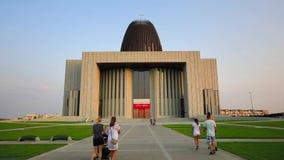 Fieles que dirigen al templo de la divina providencia en Wilanow, Varsovia, Polonia metrajes