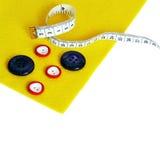 Fieltro, botones, medida en el fondo blanco stock de ilustración