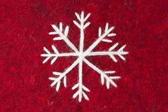 Fieltro del rojo con el copo de nieve blanco bordado Fotografía de archivo libre de regalías