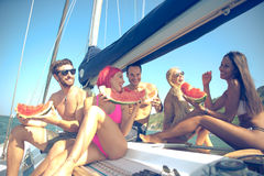 Fiends που έχουν τη διασκέδαση σε μια βάρκα πανιών και που τρώνε το καρπούζι Στοκ φωτογραφία με δικαίωμα ελεύθερης χρήσης
