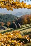 Fieno impilato sciolto nel paesaggio della montagna di autunno Fotografia Stock