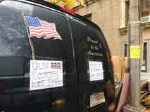 Fier d'être drapeau américain et américain, NYC, Etats-Unis Image libre de droits