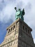 Fier et grand debout la statue de la liberté Photo stock