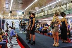 Fiera internazionale dell'interno ottantatreesimo dei capelli di Salonicco, Grecia e della sfilata di moda con la folla Fotografia Stock Libera da Diritti
