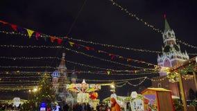 Fiera russa tradizionale sul quadrato rosso, inverno, precipitazioni nevose, festa, settimana del pancake archivi video