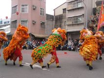 Fiera tradizionale intorno all'evento - troupe del tempio di ballo di leone immagine stock