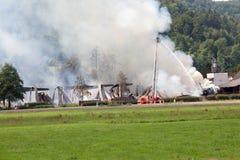 Fierman löschen Feuer aus Stockfoto