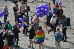 Fierté 2019 de Helsinki - femme distribuant des ballons photos libres de droits