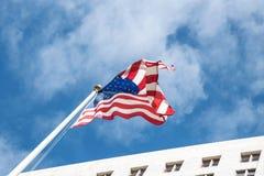 Fierté nationale Le drapeau des USA dans la perspective du ciel bleu et de la ville Hall Los Angeles photographie stock