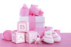 Fiesta de bienvenida al bebé su un regalo del rosa de la muchacha Imagen de archivo libre de regalías