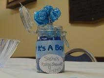 Fiesta de bienvenida al bebé su una decoración del muchacho imágenes de archivo libres de regalías