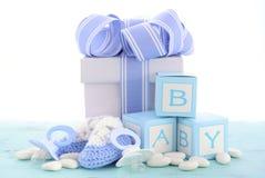 Fiesta de bienvenida al bebé su un regalo del azul del muchacho Fotografía de archivo