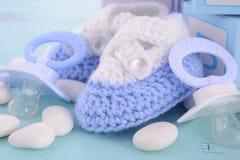Fiesta de bienvenida al bebé su un regalo del azul del muchacho Imagen de archivo libre de regalías