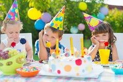 Fiesta de cumpleaños al aire libre para los niños Imágenes de archivo libres de regalías