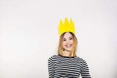 Fiesta de cumpleaños, carnaval del Año Nuevo La mujer sonriente joven en el fondo blanco que celebra evento brightful, lleva pela Imagenes de archivo