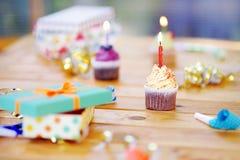 Fiesta de cumpleaños con la decoración colorida y tortas con las velas Fotos de archivo libres de regalías