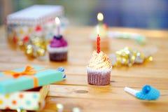 Fiesta de cumpleaños con la decoración colorida y tortas con las velas Fotografía de archivo