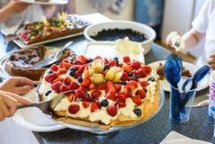 Fiesta de cumpleaños con la torta del pavlova Imagenes de archivo