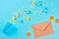 Fiesta de cumpleaños del concepto en fondo azul Endecha plana Imagenes de archivo