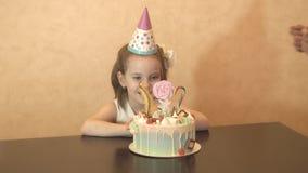Fiesta de cumpleaños del ` s de los niños torta de cumpleaños para poca muchacha del cumpleaños Celebración de familia metrajes