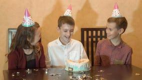 Fiesta de cumpleaños del ` s de los niños torta de cumpleaños para poca muchacha del cumpleaños Celebración de familia fotografía de archivo libre de regalías