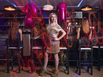 Fiesta de cumpleaños de la hembra 21 en club de noche Imagenes de archivo