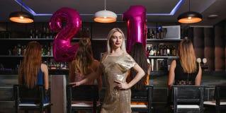 Fiesta de cumpleaños de la hembra 21 en club de noche Foto de archivo libre de regalías