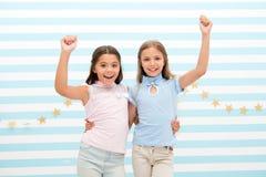 Fiesta de cumpleaños fiesta de cumpleaños de pequeñas muchachas felices pequeño abrazo feliz de las muchachas y sonrisa en la cel fotos de archivo libres de regalías