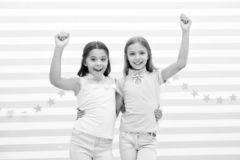 Fiesta de cumpleaños fiesta de cumpleaños de pequeñas muchachas felices pequeño abrazo feliz de las muchachas y sonrisa en la cel imagen de archivo libre de regalías