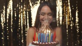 Fiesta de cumpleaños Velas que soplan de la mujer feliz en el retrato de la torta almacen de video