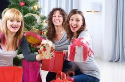 Fiesta de Navidad. Amigos con los regalos de la Navidad Imagen de archivo libre de regalías