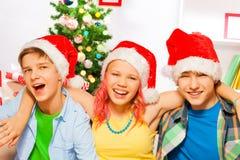 Fiesta de Navidad con adolescencias felices Fotos de archivo libres de regalías