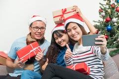 Fiesta de Navidad con los amigos, selfie de la mujer de Asia con el fac sonriente Imagen de archivo libre de regalías