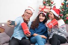 Fiesta de Navidad con los amigos, selfie de la mujer de Asia con el fac sonriente Imagen de archivo