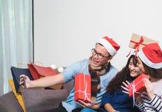 Fiesta de Navidad con los amigos, selfie de la mujer de Asia con el fac sonriente Fotos de archivo libres de regalías