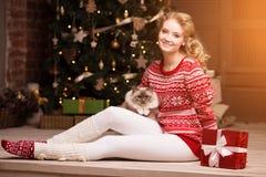 Fiesta de Navidad, mujer de las vacaciones de invierno con el gato Muchacha del Año Nuevo Imagen de archivo