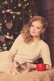 Fiesta de Navidad, mujer de las vacaciones de invierno con el gato Muchacha del Año Nuevo Fotografía de archivo libre de regalías