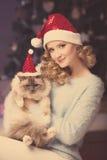 Fiesta de Navidad, mujer de las vacaciones de invierno con el gato Muchacha del Año Nuevo Imagen de archivo libre de regalías