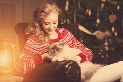Fiesta de Navidad, mujer de las vacaciones de invierno con el gato Muchacha del Año Nuevo Fotografía de archivo