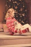 Fiesta de Navidad, mujer de las vacaciones de invierno con el gato Muchacha del Año Nuevo Imágenes de archivo libres de regalías