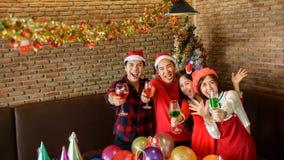 Fiesta de Navidad para los adolescentes jovenes Imágenes de archivo libres de regalías
