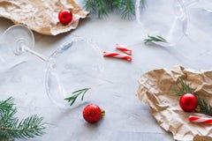 Fiesta de Navidad sobre la composición del final con los vidrios vacíos de martini foto de archivo