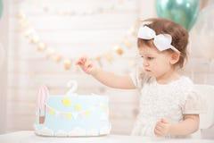 Fiesta del cumpleaños de la niña La princesa linda come la torta fotografía de archivo libre de regalías