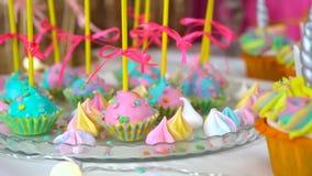 Fiesta del cumpleaños de los niños adornados Invitaciones temáticas del unicornio, primer contra fondo colorido almacen de metraje de vídeo