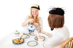 Fiesta del té adolescente - vertiendo Foto de archivo libre de regalías