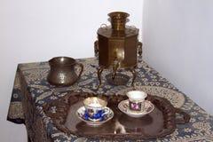 Fiesta del té con el siglo XIX ruso del vajilla del juego de té del samovar Imagenes de archivo