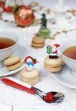 Fiesta del té con los macarons, dulce de la Navidad merengue-basado Imagen de archivo