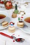 Fiesta del té con los macarrones, dulce de la Navidad merengue-basado Fotografía de archivo libre de regalías